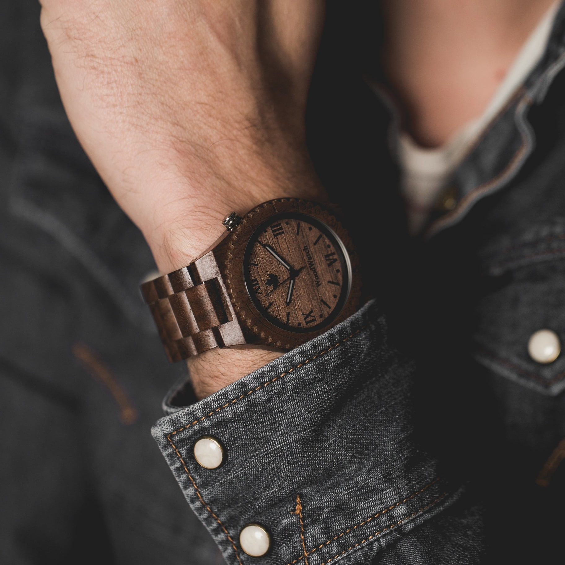 L'instinct primal et l'appel d'une nouvelle aventure. Cette idée est à l'essence même de la Collection ORIGINAL. Ces montres en bois, faites à la main, célèbrent l'aspect brut de la nature qui donne au monde sa beauté. Chaque modèle est une déclaration de