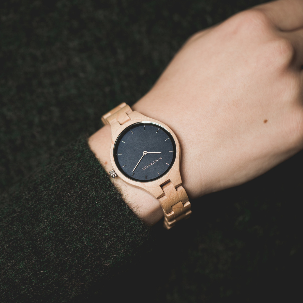 La Collection AURORA est inspirée par l'air et les paysages de la nature Scandinave. Cette montre légère est faite de Bois d'érable canadien naturel.<br /> Le bracelet est disponible en cuir ou en bois.