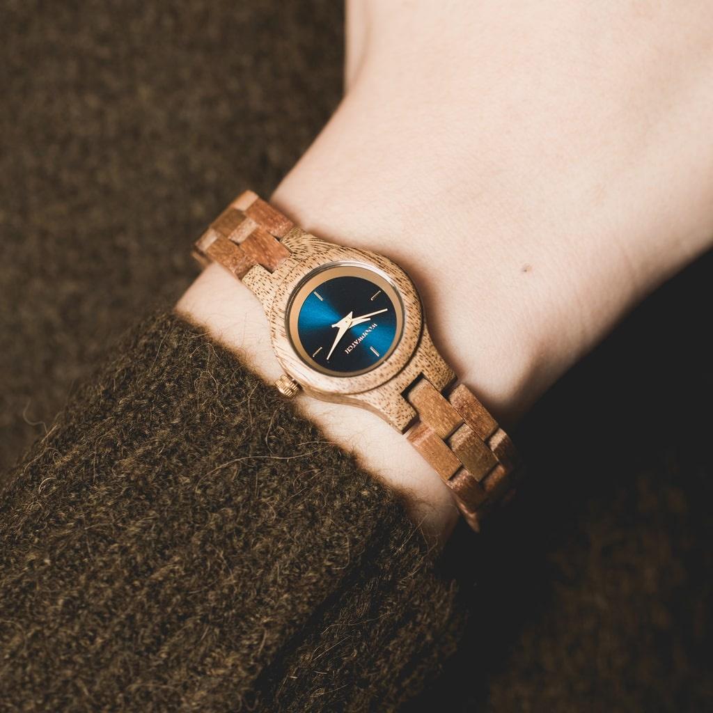 La montre Bellflower de la collection FLORA est composée de bois lisse acacia finement travaillé à la main. Le modèle Bellflower comporte un cadran bleu marine foncé avec des détails colorés doré.