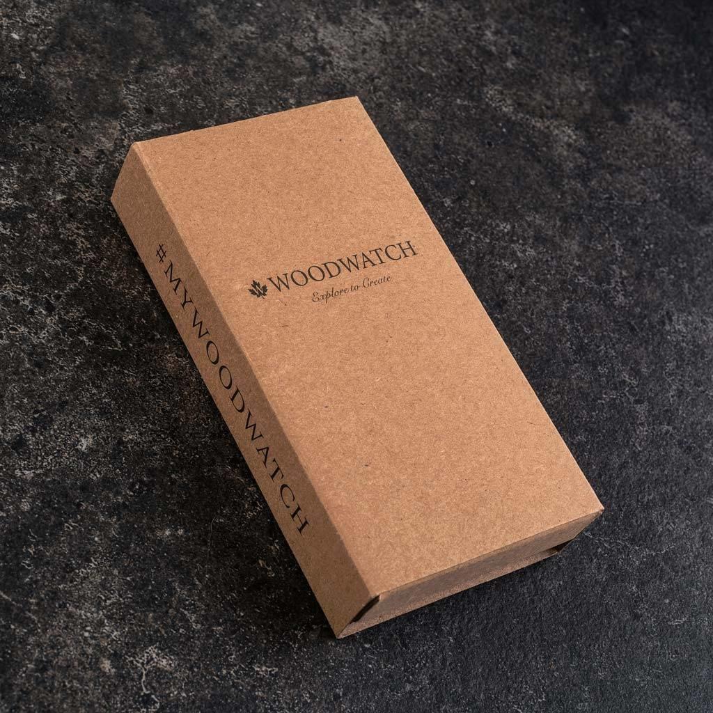La Collection AURORA est inspirée par l'air et les paysages de la nature Scandinave. Cette montre légère est fabriquée avec du bois d'Olivier Européen et comporte un cadran en acier inoxydable noir de jais et des détails rose dorés. Le bracelet est dispon