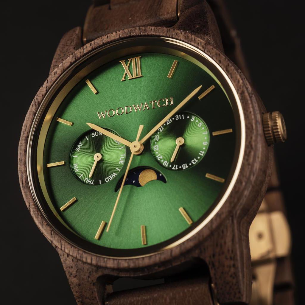 De CLASSIC Collectie vernieuwt de esthetiek van een WoodWatch op een stijlvolle manier. De dunne behuizing heeft een klassieke uitstraling en kenmerkt zich met een maankalender uurwerk en twee extra subdials met week- en maandaanduiding.De CLASSIC Hunter