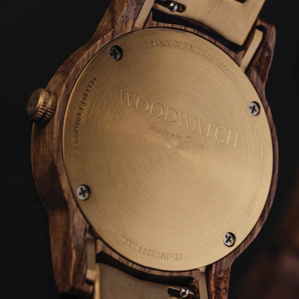 De CLASSIC Collectie vernieuwt de esthetiek van een WoodWatch op een stijlvolle manier. De dunne behuizing heeft een klassieke uitstraling en kenmerkt zich met een maankalender uurwerk en twee extra subdials met week- en maandaanduiding.De CLASSIC Sailor