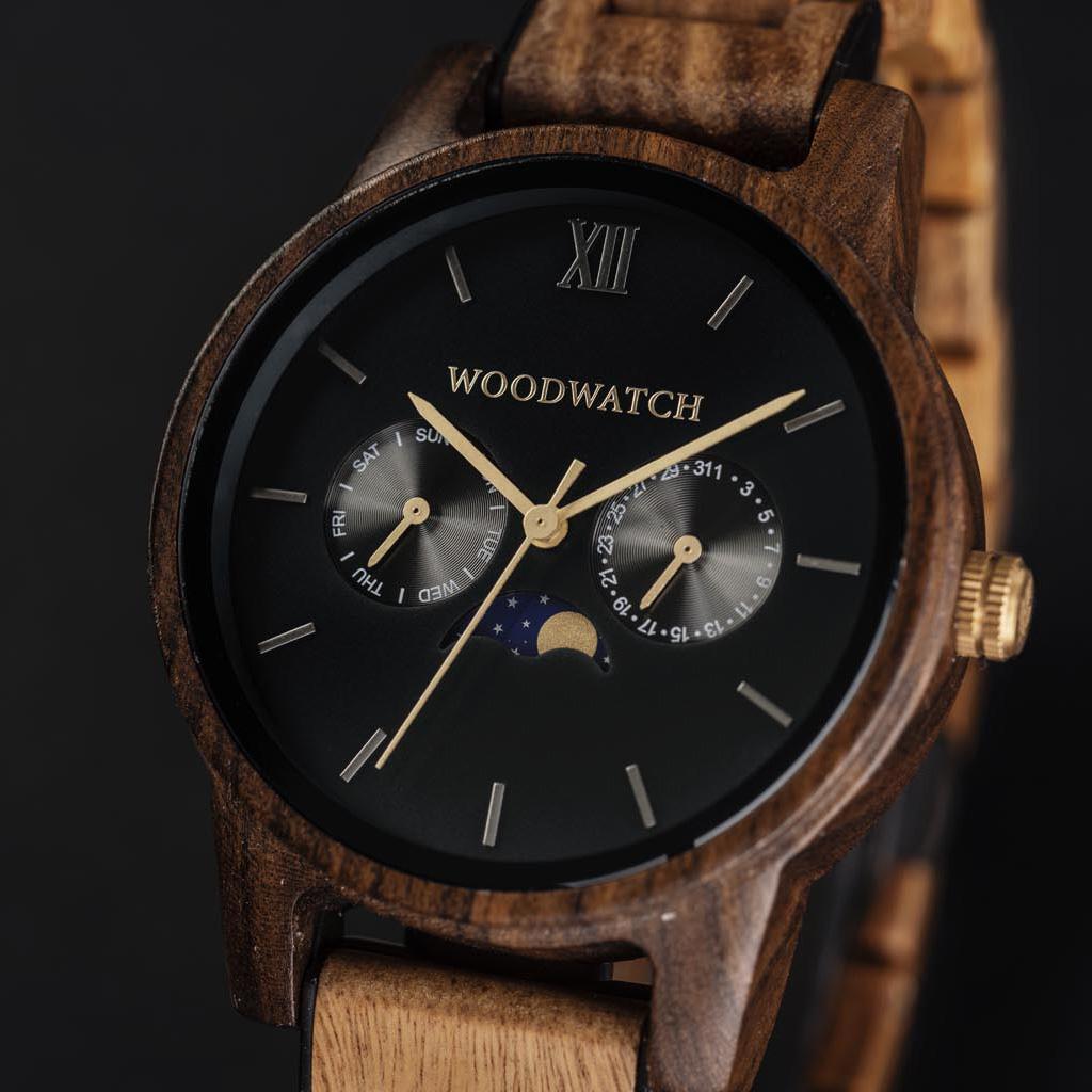 De CLASSIC Collectie vernieuwt de esthetiek van een WoodWatch op een stijlvolle manier. De dunne behuizing heeft een klassieke uitstraling en kenmerkt zich met een maankalender uurwerk en twee extra subdials met week- en maandaanduiding. De CLASSIC Dark F