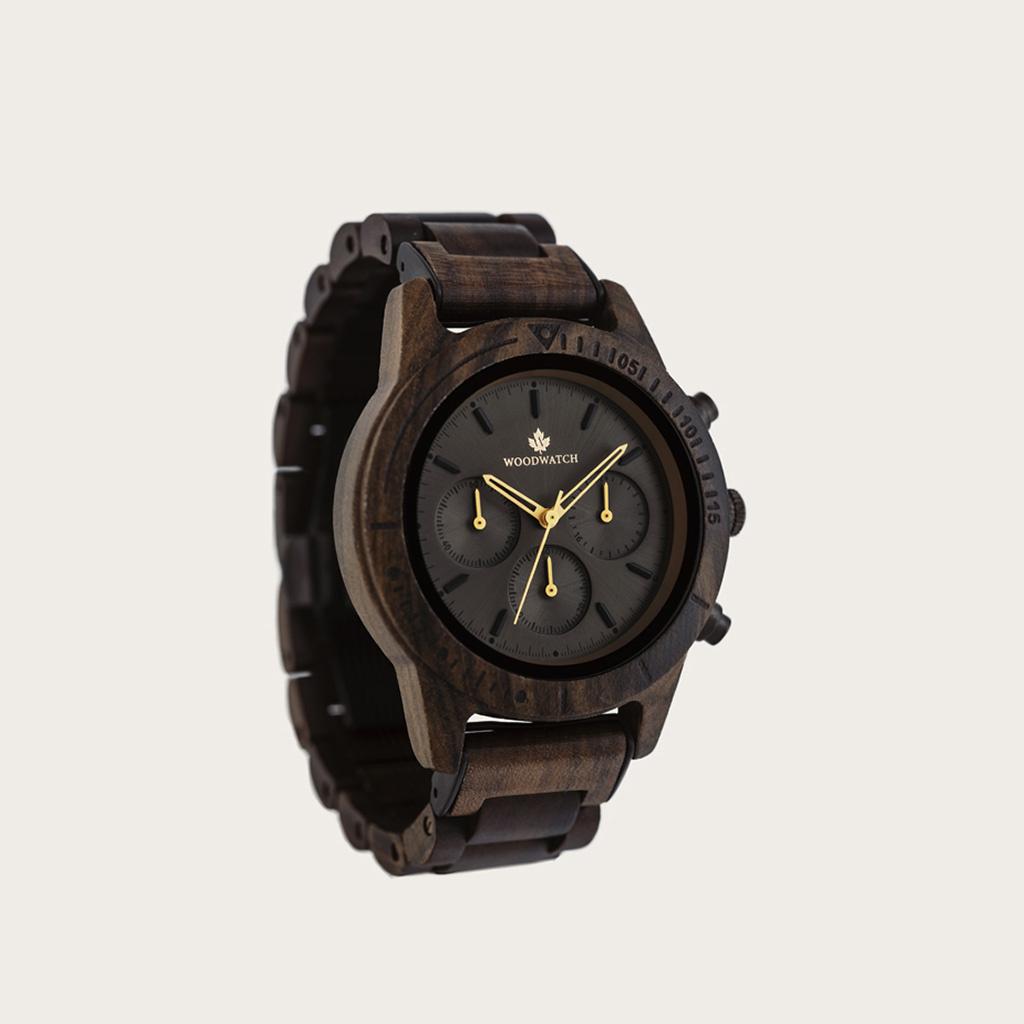 De CHRONUS Dark Eclipse beschikt over een klassiek SEIKO VD54 chronograaf uurwerk, krasbestendig saffierglas en roestvrijstalen versterkte bandschakels. Het horloge is gemaakt van groen sandelhout en heeft een zwarte wijzerplaat met gouden details. Handge