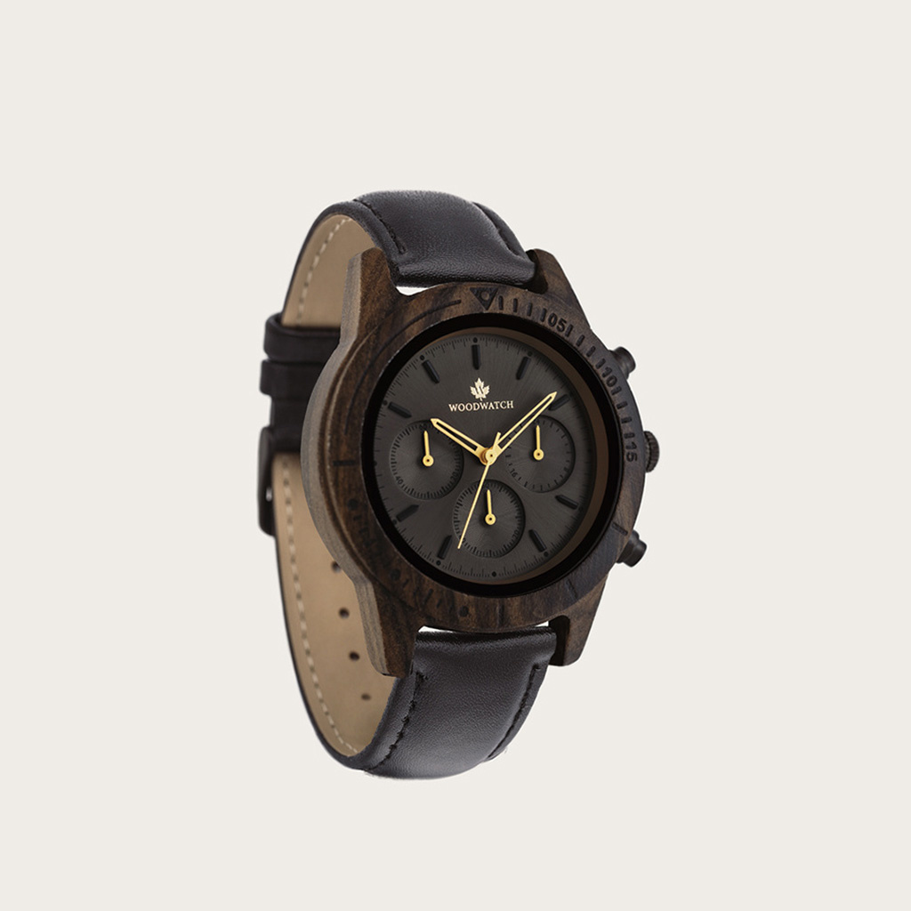 De CHRONUS Dark Eclipse Jet beschikt over een klassiek SEIKO VD54 chronograaf uurwerk, krasbestendig saffierglas en roestvrijstalen versterkte bandschakels. Het horloge is gemaakt van groen sandelhout en heeft een zwarte wijzerplaat met gouden details. Ha