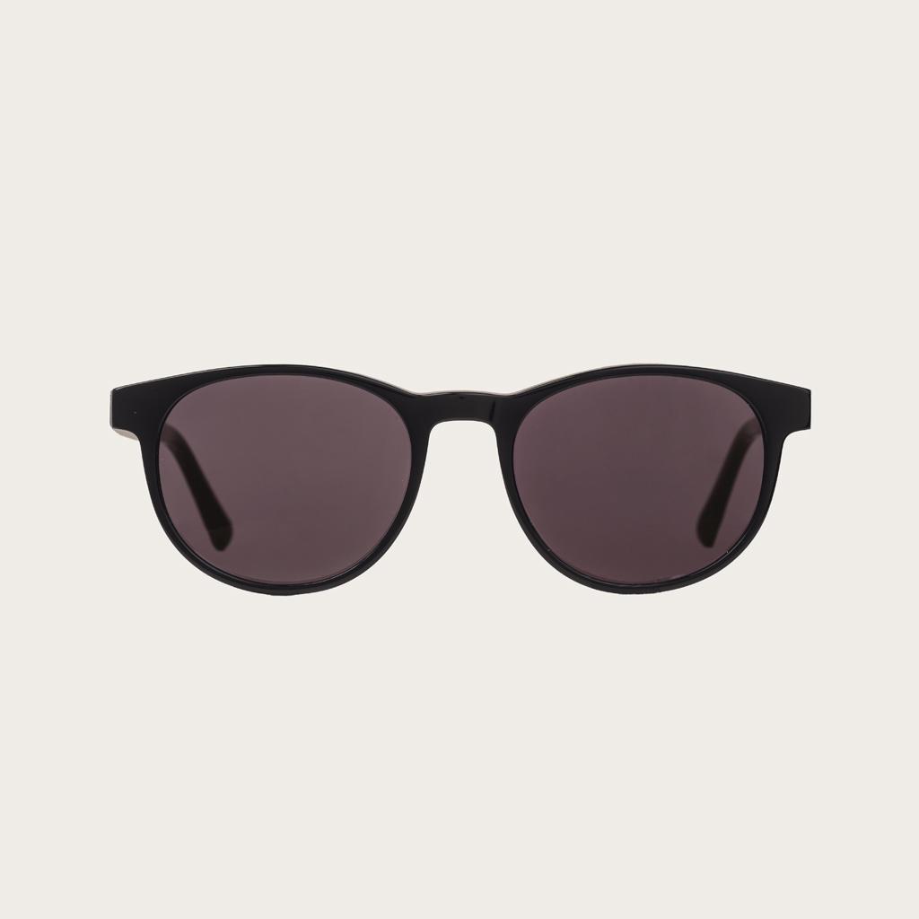 ELLIPSE All Black heeft een karakteristiek rond zwart montuur met zwarte glazen. Gemaakt van duurzaam Mazzuchelli bio-acetaat uit Italië en handmatig afgewerkt met natuurlijke rozenhouten poten met zwarte uiteinden van acetaat. Bio-acetaat is gemaakt van