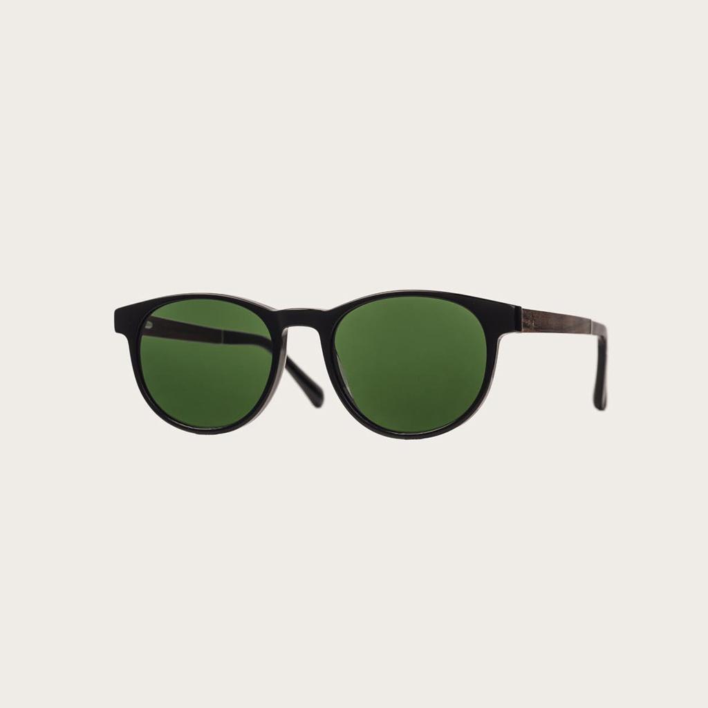 ELLIPSE Black Camo heeft een karakteristiek rond zwart montuur met camo groene glazen. Gemaakt van duurzaam Mazzuchelli bio-acetaat uit Italië en handmatig afgewerkt met natuurlijke rozenhouten poten met zwarte uiteinden van acetaat. Bio-acetaat is gemaak