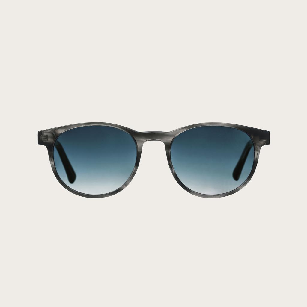 ELLIPSE Heritage Gradient Blue heeft een karakteristiek rond grijs tortoise montuur met gradient blauwe glazen. Gemaakt van duurzaam Mazzuchelli bio-acetaat uit Italië en handmatig afgewerkt met natuurlijke zebrahouten poten en tortoise uiteinden van acet