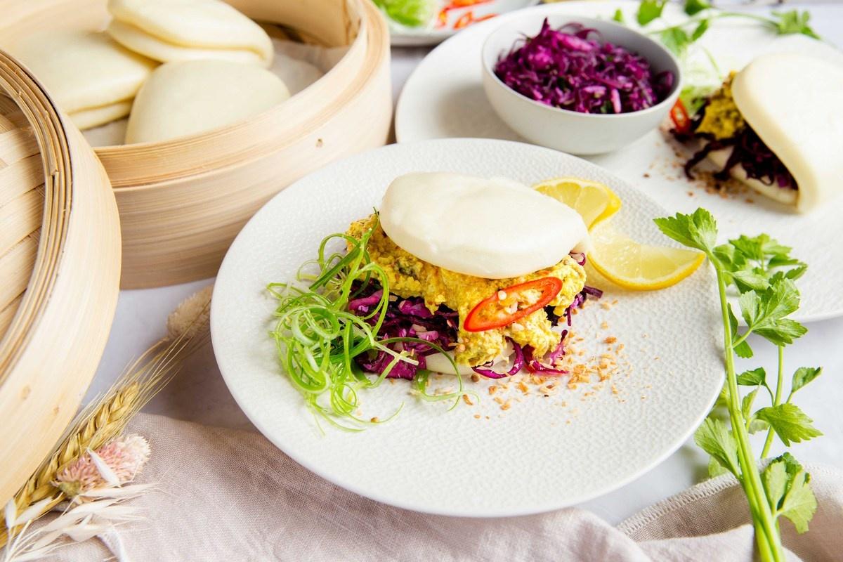 Vegetarische Bao buns rendang met Indische koolsalade en met Hubert Beck Gewurztraminer.