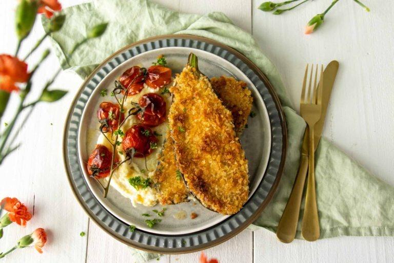 Aubergine schnitzel met pastinaakpuree en gepofte tomaatjes en Collin-Bourisset Gamay Noir