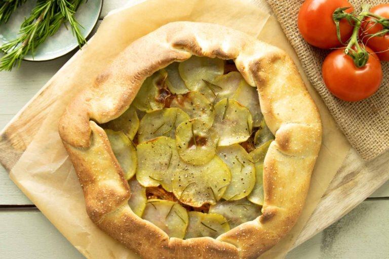 Zelfgemaakte pizza met aardappel en olijven en Ritorna Tre Autoctoni Rosso