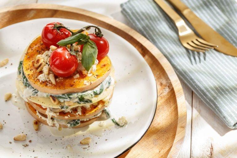 Open lasagne met pompoen, spinazie en paddenstoelen met Lucarelli Rosso Puglia