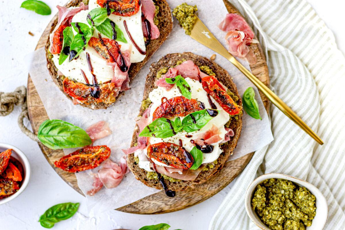 Toast met pesto, mozzarella en parmaham  en Tenuta Iuzzolini Ciro Bianco