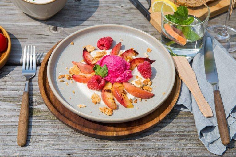 Gegrilde nectarine met citroenricotta, frambozenijs en Tariquet Côtes de Gascogne Premières Grives