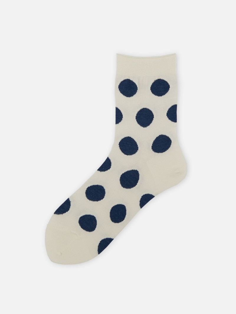 Dünne Socke mit großen Tupfen