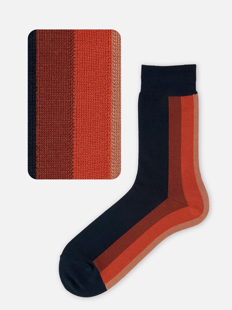 Verticale strepen halverwege de sok aan de achterkant M