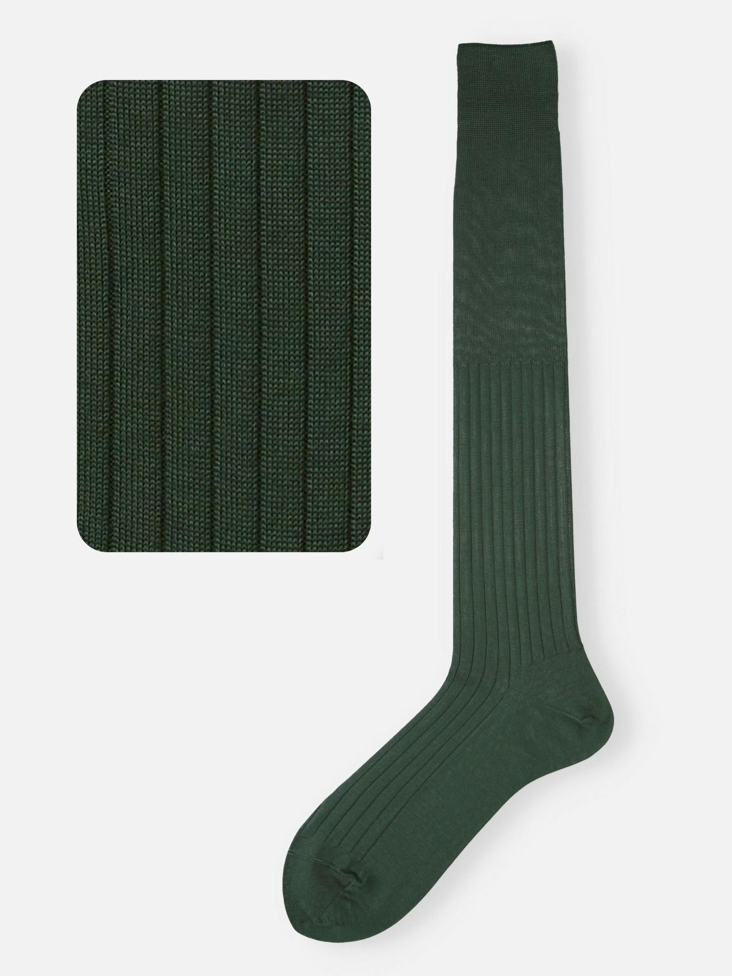 Hohe Socken in Dunkelgrün