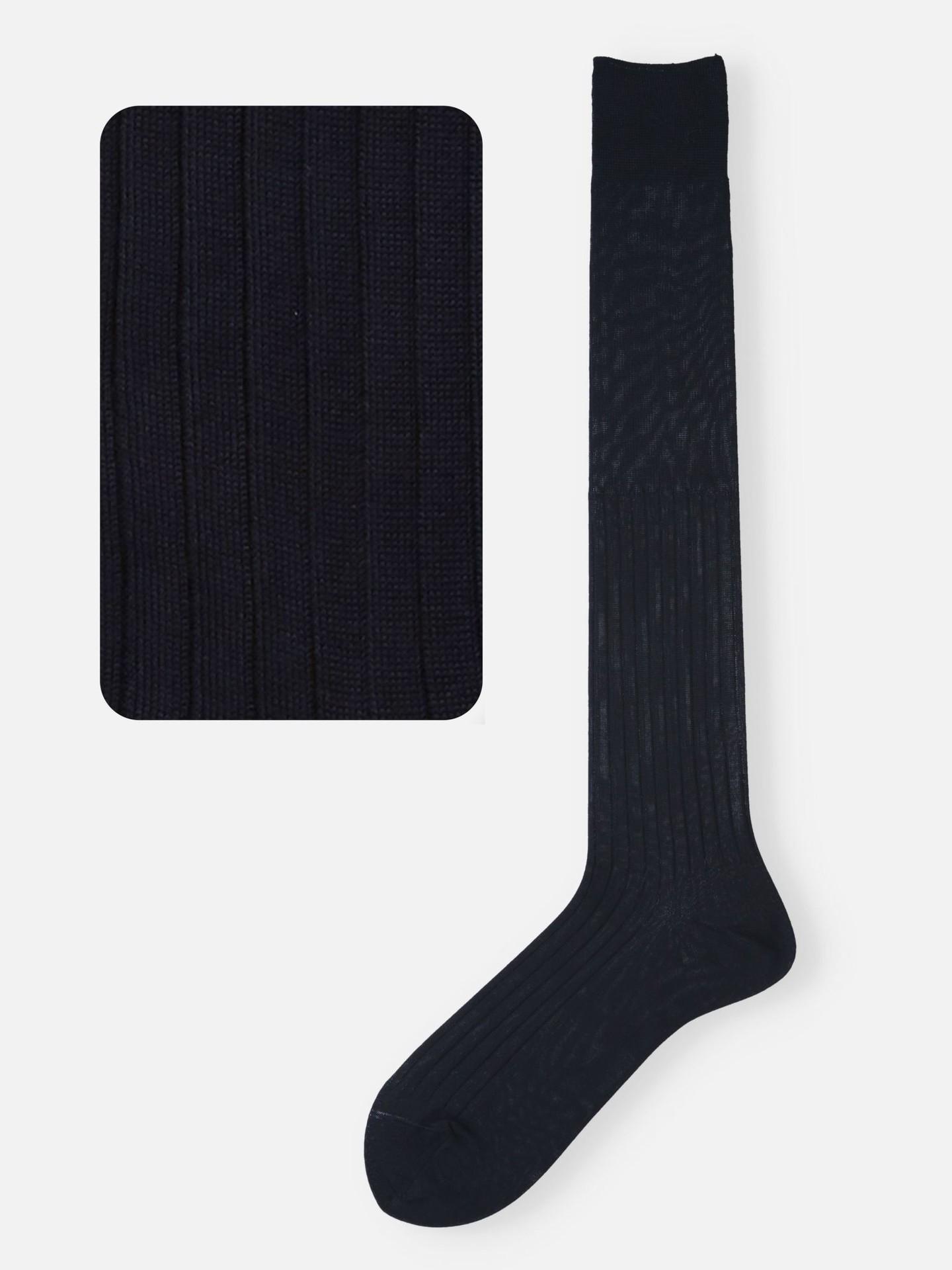 Hohe Socken in Nachtblau