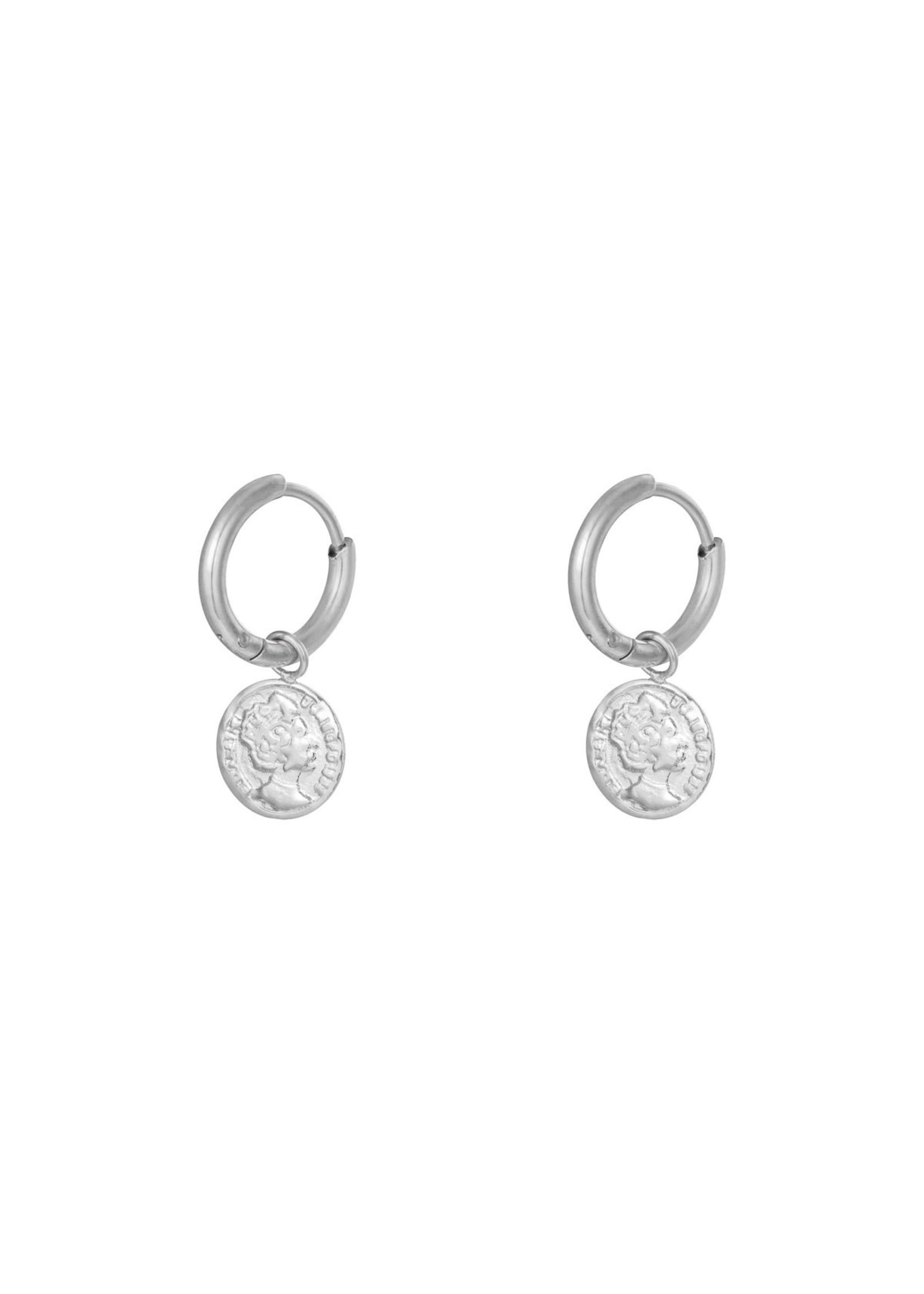 Ladybugs Oorbellen stainless steel ringetje met bedel muntje ZILVER