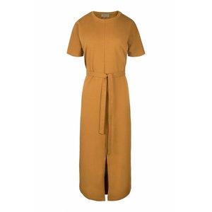 Zusss Zusss hippe lange jurk met ceintuur mosterd