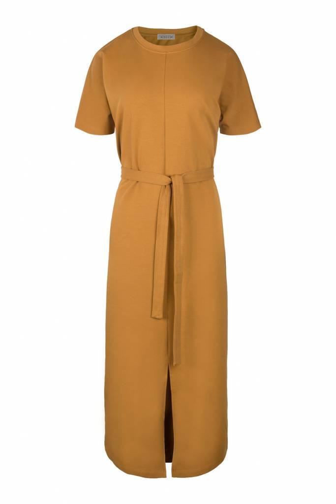 28a4afead4b008 Zusss hippe lange jurk met ceintuur mosterd - Keygaaf-geWoonbasic