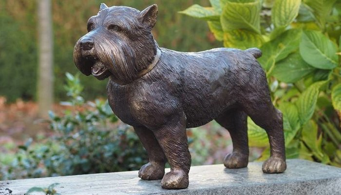 Bronzene Hunde und Katzen