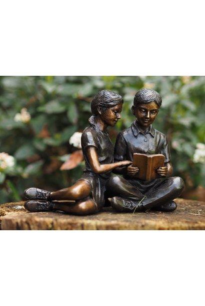 Lesendes Kinderpaar