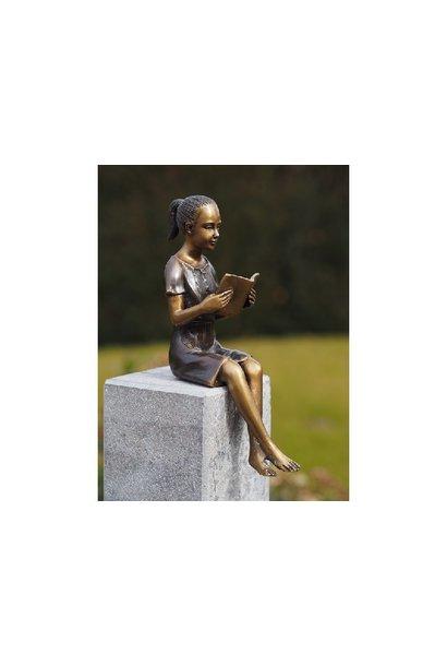 Kleines lesendes Mädchen