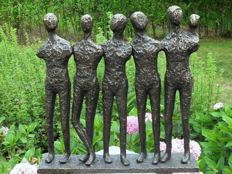 Bronzen Beelden:   5 Mannen en kind-1
