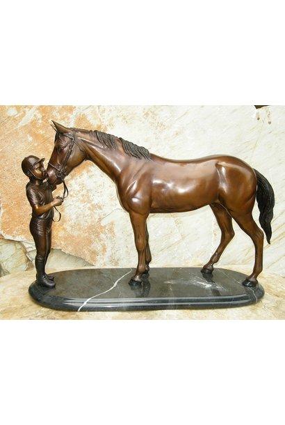 Meisje met paard op marmer voet