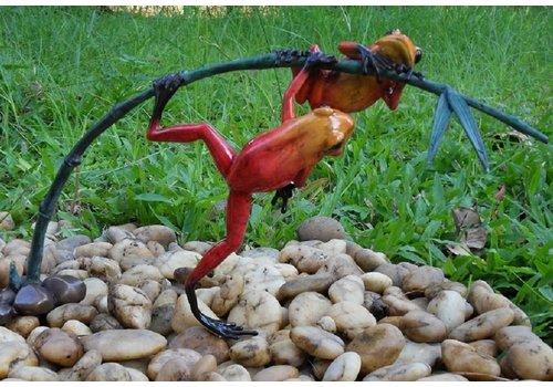 BronzArtes Bronzen Beeld: 2 Gekleurde kikkers aan twijg / rood