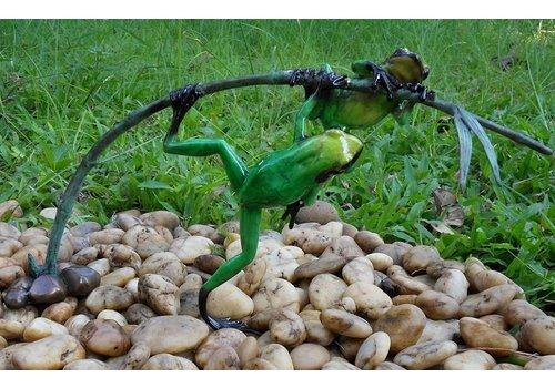 BronzArtes Bronzen Beeld: 2 Gekleurde kikkers aan twijg / groen