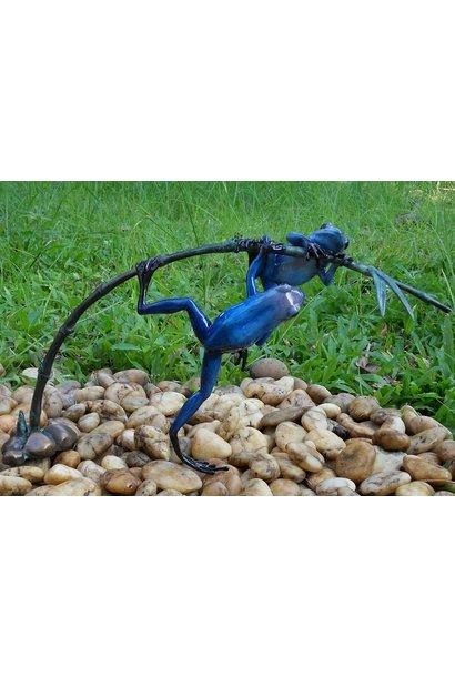 2 Gekleurde kikkers aan twijg / blauw