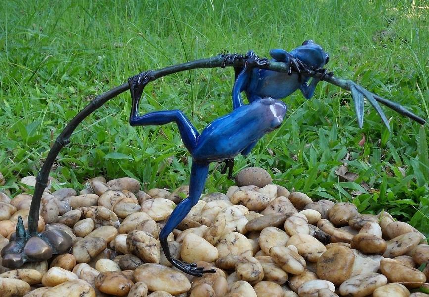 Bronzen Beelden:   2 Gekleurde kikkers aan twijg / blauw-1