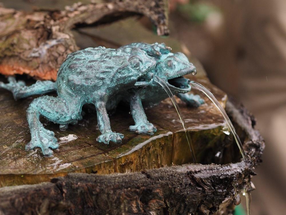 Bronzen Beelden:   2 kikkers fontein-1