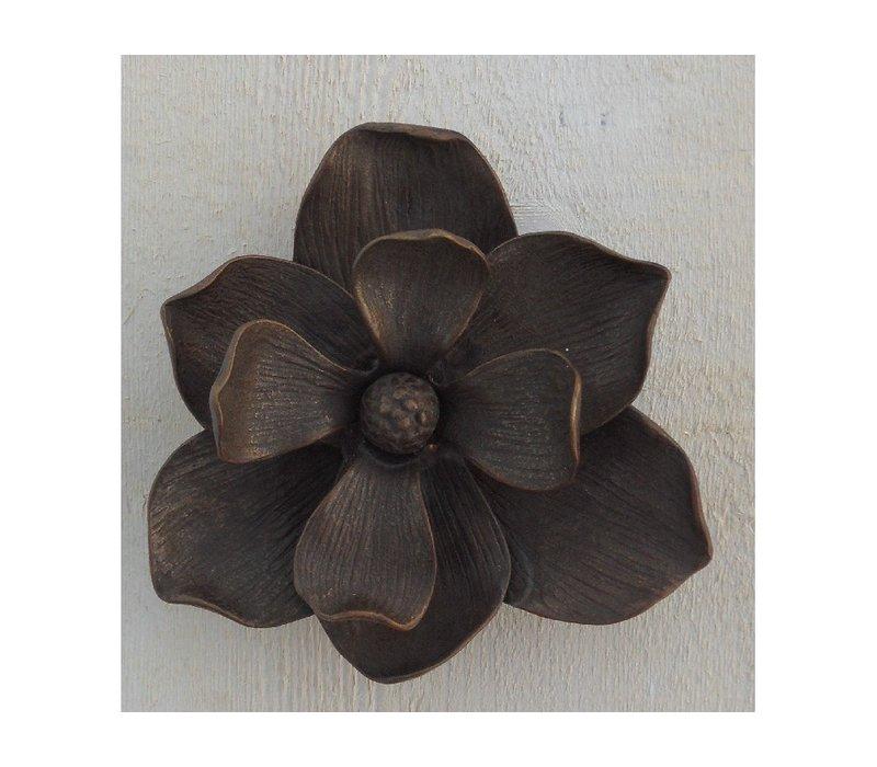 Eine Bronzestatue:  Türklopfer als Blume