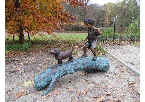 BronzArtes Jongen met hond op boom