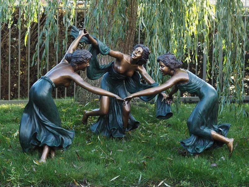 Bronzen Beelden:  Drie Dansende Vrouwen-1