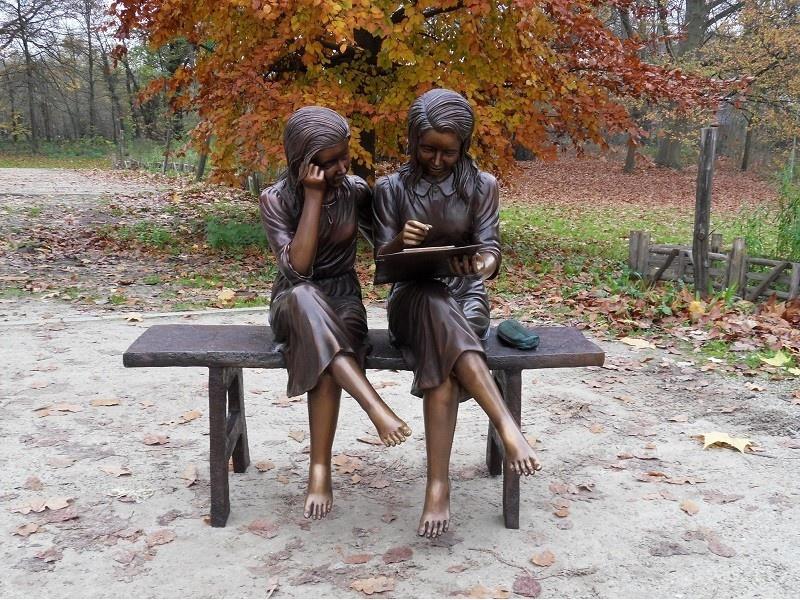 Bronzen Beelden:  2 Meisjes op bank-1