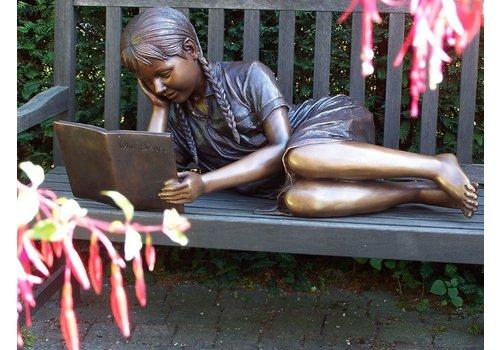 BronzArtes Liggend lezend meisje
