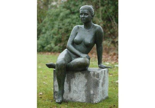 BronzArtes Zittende naakte vrouw