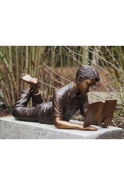 Liggende lezende Jongen