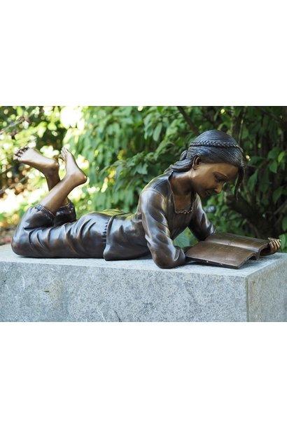 Liggend lezend meisje