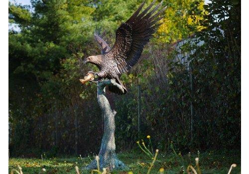 BronzArtes Großer Adler auf Baumstamm