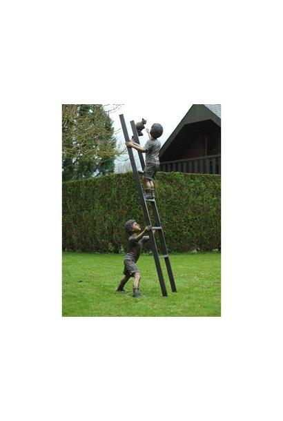2 Kinderen op ladder met kat