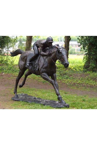 Grote jockey op paard