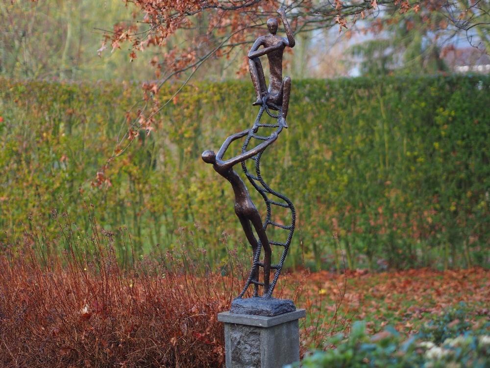 Bronzen Beelden:  2 op ladder-1