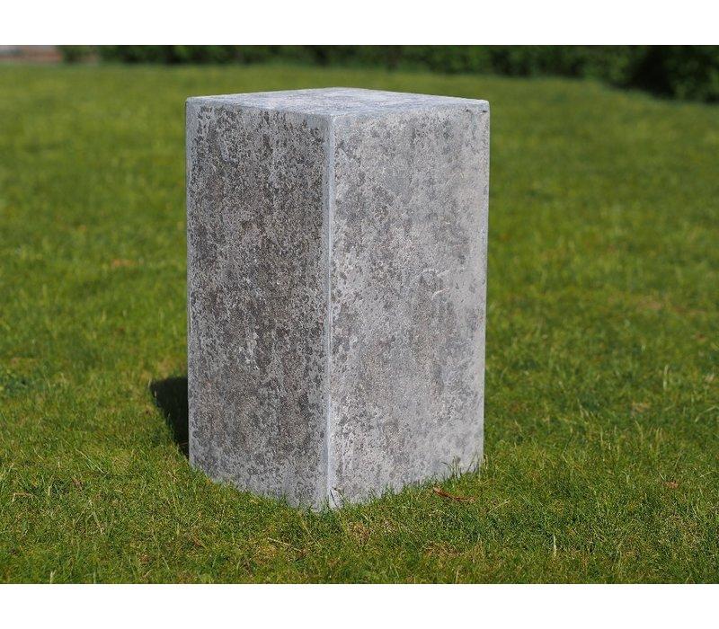 Pedestal: 45x25x25 cm