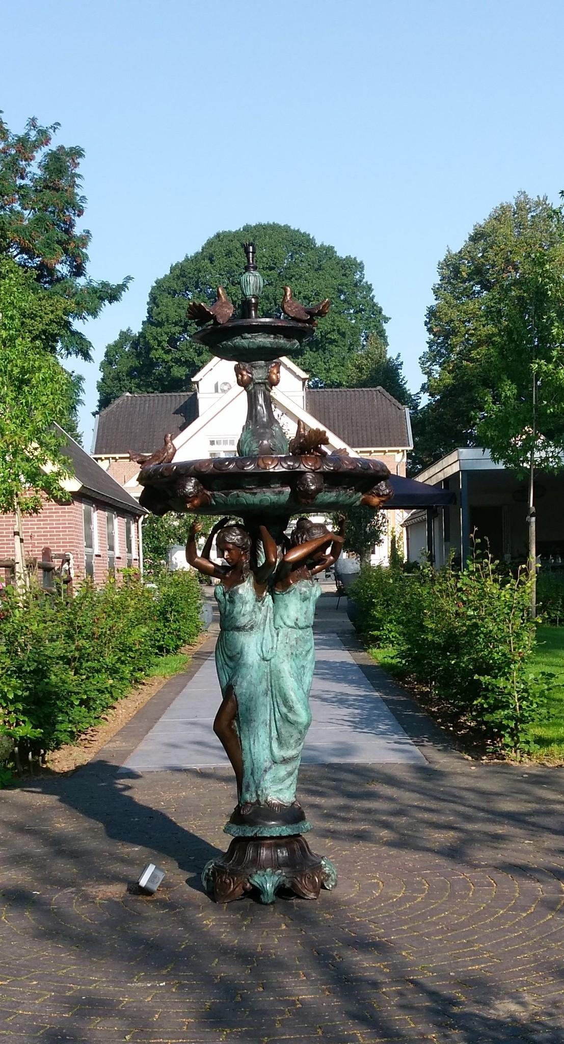 Bronzen Beelden:  3 Vrouwen met vogel fontein-2