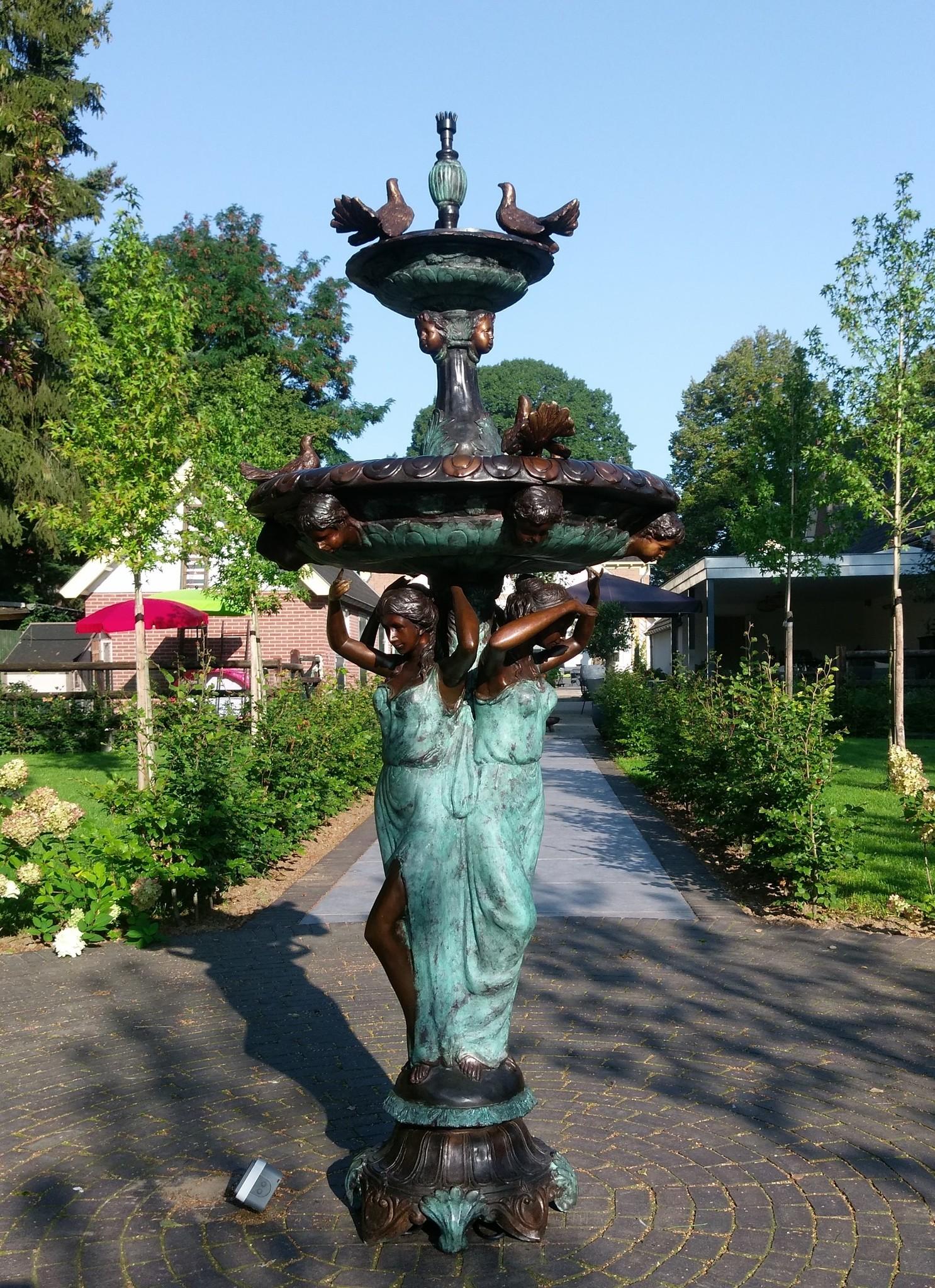 Bronzen Beelden:  3 Vrouwen met vogel fontein-3